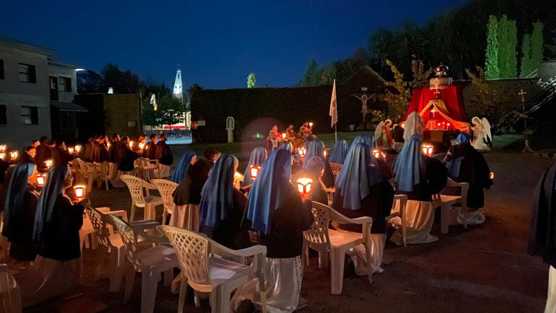 Messe brève après la procession aux flambeaux, au Monastère du Magnificat de la Mère de Dieu